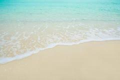 沙子海滩的波浪海 免版税库存图片