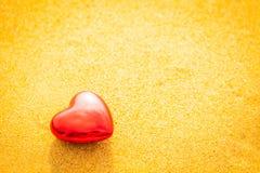 沙子海滩的甜心在日落和温暖的光下 库存照片