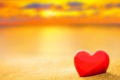 沙子海滩的甜心在日落和温暖的光下 免版税库存图片