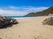 沙子海滩美丽的景色在高速公路1,大瑟尔,加州的 库存图片