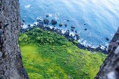 黑沙子海滩,在村庄Vik,大西洋,冰岛附近的Reynisfjara岸 免版税图库摄影
