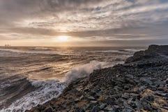 黑沙子海滩Reynisfjara在冰岛 有风早晨 海洋晃动通知 免版税库存照片