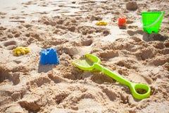 沙子玩具、锹和时段 库存图片