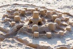 从沙子的儿童城市在海滩在阳光下 免版税库存图片