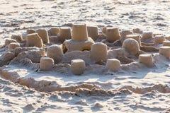 从沙子的儿童城市在海滩在阳光下 免版税库存照片