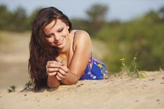 沙子的女孩 免版税库存图片