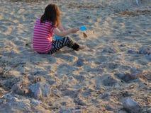 沙子的女孩 免版税库存照片
