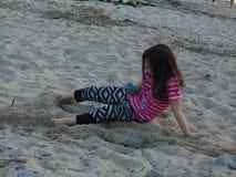沙子的女孩 图库摄影