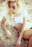 沙子的妇女 图库摄影