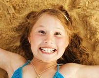 沙子的小逗人喜爱的女孩 免版税库存图片