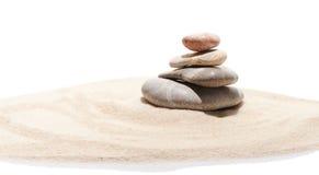 沙子的日本禅宗石头庭院 库存照片
