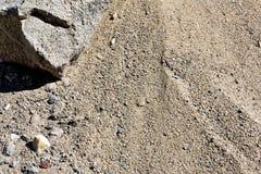 沙子的纹理在太阳的直接光芒的下在湖的 免版税图库摄影