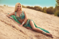 沙子的肚皮舞表演者妇女 免版税库存照片