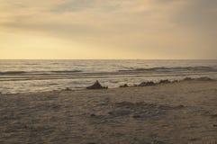 沙子的金黄颜色在日落时间的在海滩 库存图片