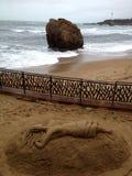 沙子美人鱼雕塑在比亚利兹 库存照片