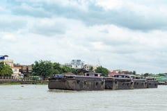 沙子船只负荷在昭披耶河,泰国 库存图片