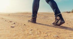 沙子走的妇女 免版税库存照片
