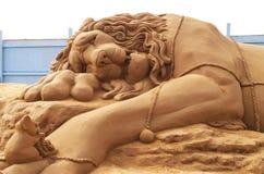 沙子雕塑-狮子和老鼠 免版税图库摄影
