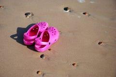 沙子鞋子 免版税库存照片