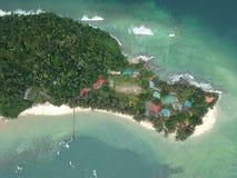 沙巴,马来西亚Manukan海岛鸟瞰图  清楚的绿色海洋 Manukan海岛是沙巴的访问的海岛 小心危险图象头骨 免版税图库摄影