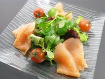 沙拉三文鱼抽烟了 免版税库存图片