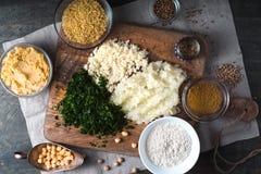 沙拉三明治、碾碎干小麦、香菜、葱、大蒜和香料的成份 免版税库存照片