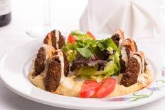 沙拉三明治开胃菜板材装饰用莴苣和Tomatoe切片 图库摄影