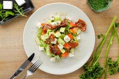 沙拉供食与菜和调味汁 库存图片