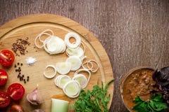 沙拉做的新鲜的有机成份:菠菜,蕃茄,新芽,蓬蒿,在土气背景,顶视图的橄榄油 免版税库存图片