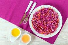 沙拉凉拌卷心菜-红叶卷心菜用在白色盘的红萝卜 免版税库存图片
