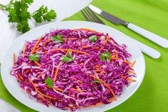 沙拉凉拌卷心菜-红叶卷心菜用在白色盘的红萝卜 图库摄影