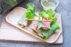 沙拉卷菜和螃蟹在盘子黏附 库存照片