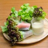 沙拉卷菜和螃蟹忠心于色拉调味品 免版税库存图片