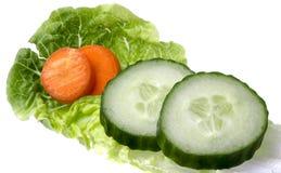 沙拉叶子用黄瓜和红萝卜 库存图片