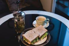 沙拉和热的茶在桌上 免版税库存照片