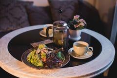 沙拉和热的茶在桌上 免版税图库摄影