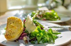 沙拉和蒜味面包 免版税库存图片