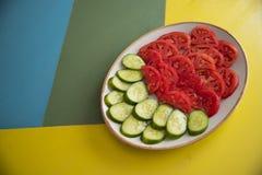 沙拉和蕃茄在桌上 免版税库存图片