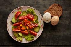 沙拉和蛋smilies 免版税库存图片