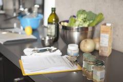 沙拉成份和调味料在工作台面 免版税库存图片