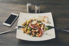 沙拉有章鱼和菜顶视图 免版税库存照片