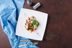 沙拉有章鱼和菜顶视图 免版税库存图片