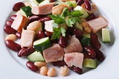 沙拉有豆、肉和黄瓜特写镜头水平的顶视图 免版税库存图片