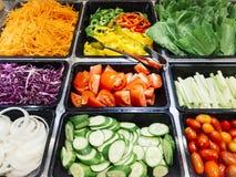 沙拉柜台新鲜蔬菜健康食物 免版税库存图片