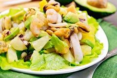 沙拉海鲜和鲕梨在绿色餐巾 库存照片