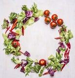 沙拉混合用西红柿,计划在文本木土气背景顶视图的框架地方 库存图片
