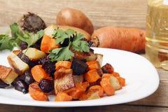 沙拉烘烤了甜菜根、新鲜的红萝卜和土豆 库存图片