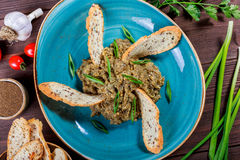 沙拉烘烤了茄子用葱、大蒜、草本、油煎方型小面包片和蕃茄在黑暗的木背景 在桌上的成份 免版税库存照片