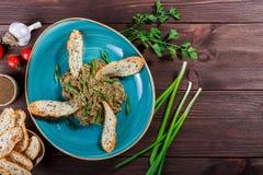 沙拉烘烤了茄子用葱、大蒜、草本、油煎方型小面包片和蕃茄在黑暗的木背景 在桌上的成份 免版税图库摄影