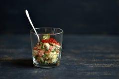 沙拉用三文鱼和红色鱼子酱 库存图片